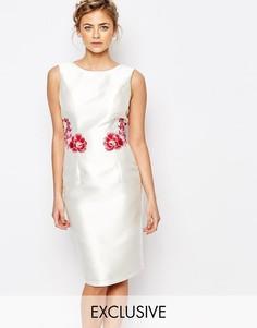 Платье-футляр с вышивкой сзади Chi Chi London - Белый многоцветный
