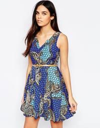 Платье мини с V‑образным вырезом и принтом пейсли Mela Loves London
