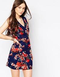 Платье с темным цветочным принтом и драпированной горловиной Wal G