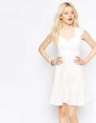 Короткое приталенное платье с вырезом сердечком b.Young - Бежевый