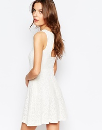 Короткое приталенное платье из кружева с открытой спиной Vila