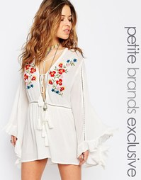 Короткое приталенное платье с вышивкой и расклешенными рукавами Glamor Glamorous Petite