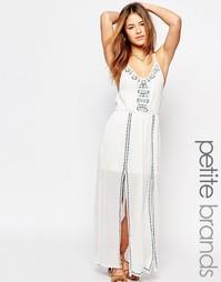 Платье макси с вышивкой и разрезом Boohoo Petite - Слоновая кость
