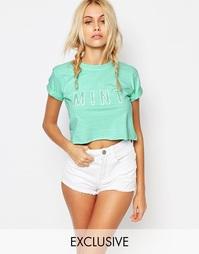 Укороченная футболка с закатанными рукавами и блестящим принтом Kiss &