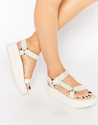 Белые переливающиеся сандалии на плоской платформе Teva Universal