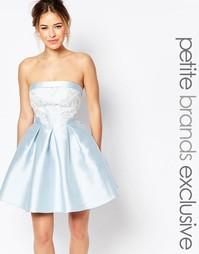 Платье мини для выпускного с вырезом бандо и кружевом Chi-Chi London P