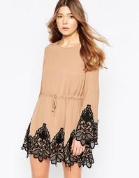 Короткое приталенное платье с рукавами-колоколом и кружевной отделкой Girl In Mind