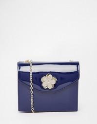 Лакированная сумка через плечо с цветочной застежкой Love Moschino