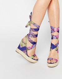 Ботинки со шнуровкой на танкетке ASOS TORNADO - Многоцветный принт