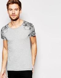 Серая футболка с круглым вырезом и принтом в стиле татуировки на плеча Replay