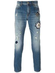 джинсы с потертой отделкой и нашивками Amen