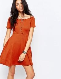 Короткое приталенное платье с открытыми плечами Glamorous