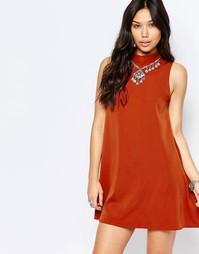 Свободное платье с высокой горловиной Glamorous - Красно-бурый