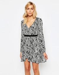 Платье с присборенной юбкой и монохромным принтом Madam Rage
