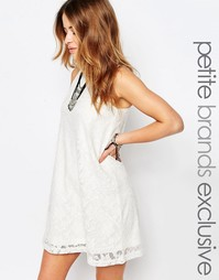 Кружевное платье без рукавов с высокой горловиной Noisy May Petite