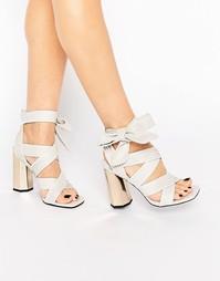 Кожаные сандалии на каблуке с завязкой Senso Neave - Белый