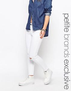 Узкие джинсы с рваными коленками и обрезанными кромками Noisy May Peti