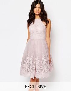 Платье миди из кружева премиум-класса с высоким воротом Chi Chi London