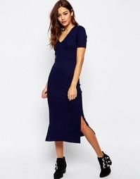 Платье-футболка миди в рубчик с V‑образным вырезом ASOS - Темно-синий