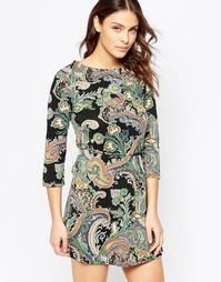 Платье с принтом и завязкой на поясе QED London - Черный