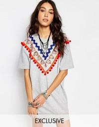 Трикотажное платье с короткими рукавами и отделкой помпонами Reclaimed