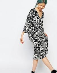 Платье-футболка с V‑образным вырезом и принтом Monki - Принт