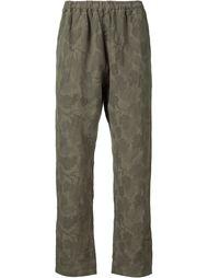 камуфляжные брюки с цветочным принтом White Mountaineering