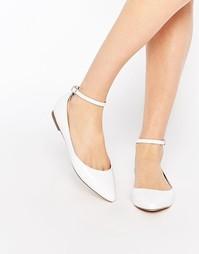 Белые асимметричные туфли на плоской подошве с острым носком Faith Al