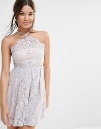 Короткое приталенное платье из кружева с бретельками Missguided