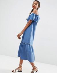 Джинсовое платье макси с открытыми плечами и оборками ASOS