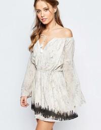 Платье мини с присборенной юбкой и зметным принтом The Jetset Diaries