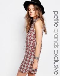 Цельнокройное платье с высокой горловиной и принтом Glamorous Petite