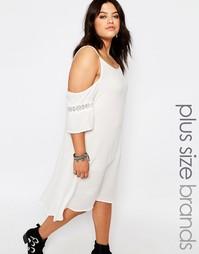 Платье из жатой ткани с открытыми плечами Missguided Plus - Белый