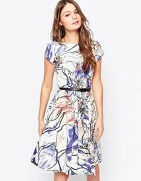 Короткое приталенное платье с поясом и крупным цветочным принтом Close Closet