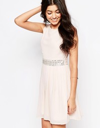 Шифоновое платье молодежного стиля с отделкой Club L - Телесный