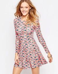 Короткое приталенное платье с длинными рукавами и принтом QED London