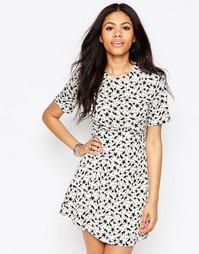 Короткое приталенное платье с принтом звезд Daisy Street - Белый