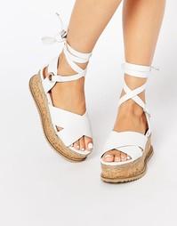 Белые кожаные сандалии на ровной платформе со шнуровкой KG By Kurt Gei