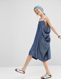 Джинсовое платье со складками и узором в елочку на бретельках ASOS WHI