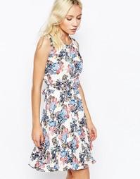 Приталенное платье без рукавов с цветочным принтом Yumi - Кремовый