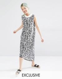 Эксклюзивное платье миди с контрастной горловиной и принтом Monki