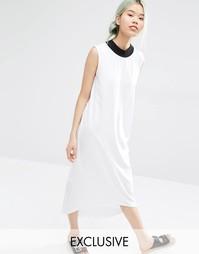 Эксклюзивное платье миди с контрастной горловиной Monki - Белый
