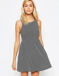 Короткое приталенное платье с геометрическим принтом Madam Rage