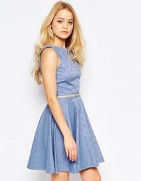 Приталенное жаккардовое платье с ремнем Closet - Бледно-синий