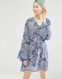 Платье с рукавами-клеш и плиточным принтом Monki - Принт