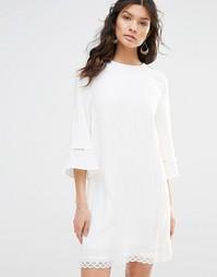 Цельнокройное платье с отделкой и рукавами колокол Stevie May - Белый