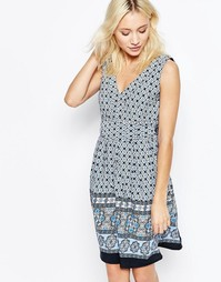 Короткое приталенное платье с V-образным вырезом и завязкой сзади Yumi