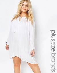 Платье с открытыми плечами и кисточками на завязке Boohoo Plus - Белый