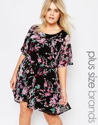 Платье асимметричной длины с поясом и цветочным принтом Yumi Plus