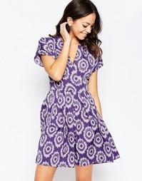 Синее платье с перекрестным кроем спереди и принтом икат Closet